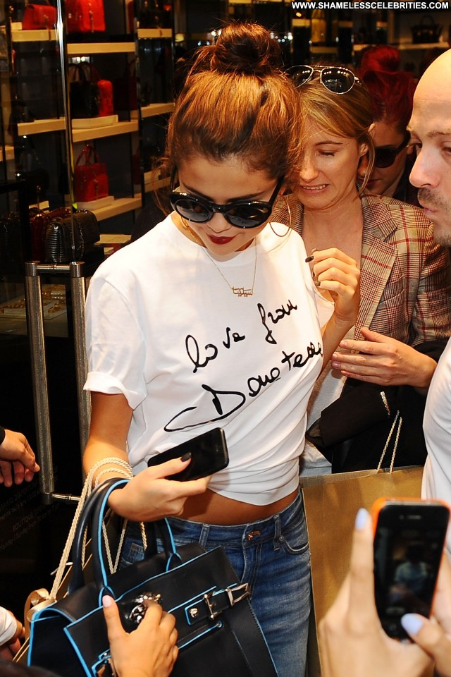 Selena Gomez Shopping Shopping High Resolution Celebrity Babe Posing