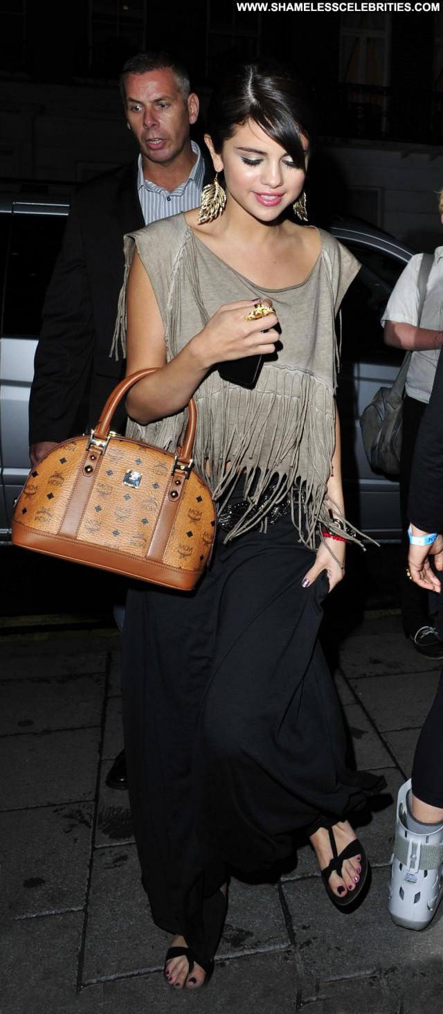 Selena Gomez Beautiful Posing Hot London Restaurant Celebrity Babe