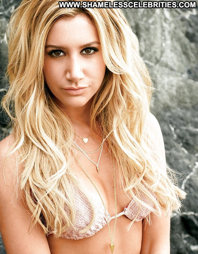 Ashley tisdale avec des cheveux blonds